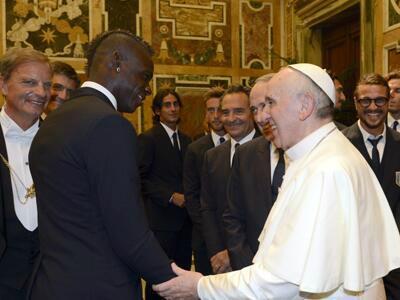Balotelli e Messi conhecem o Papa